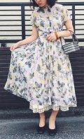 50〜60年代ライトグレー×ピンク×イエロー花柄ハーフボタン襟付きフレンチスリーブ半袖シースルードレス