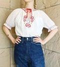 50〜60年代ホワイト×レッド×ブルースリットネックリボン付き半袖ハンガリー刺繍チュニック