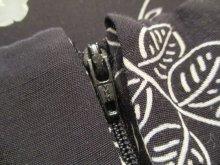 他の写真1: ブラック×ホワイト×グレーバラ柄飾りボタン&ピンタック襟付き半袖レーヨンドレス