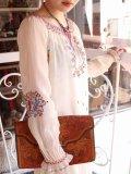 30年代〜40年代ホワイト×レッド×イエローハンガリー花刺繍リボン付きラウンドネック長袖ドレス