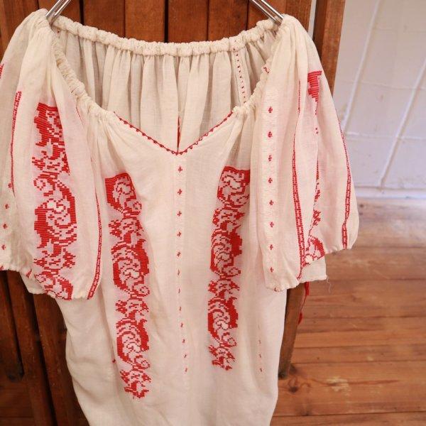 画像2: 60〜70年代ホワイト×レッドルーマニア刺繍ギャザーネック半袖シースルーチュニック