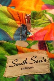 他の写真1: 70年代グリーン×オレンジ×ブルートロピカル花柄裾フリルノースリーブロングドレス