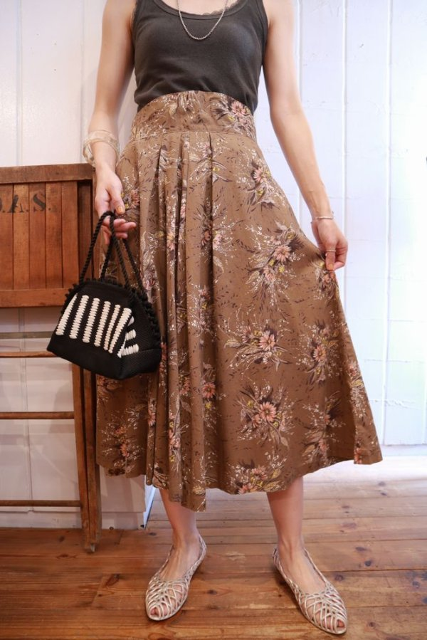 画像1: 50〜60年代ブラウン×ホワイト×ペールオレンジ花柄フレアスカート