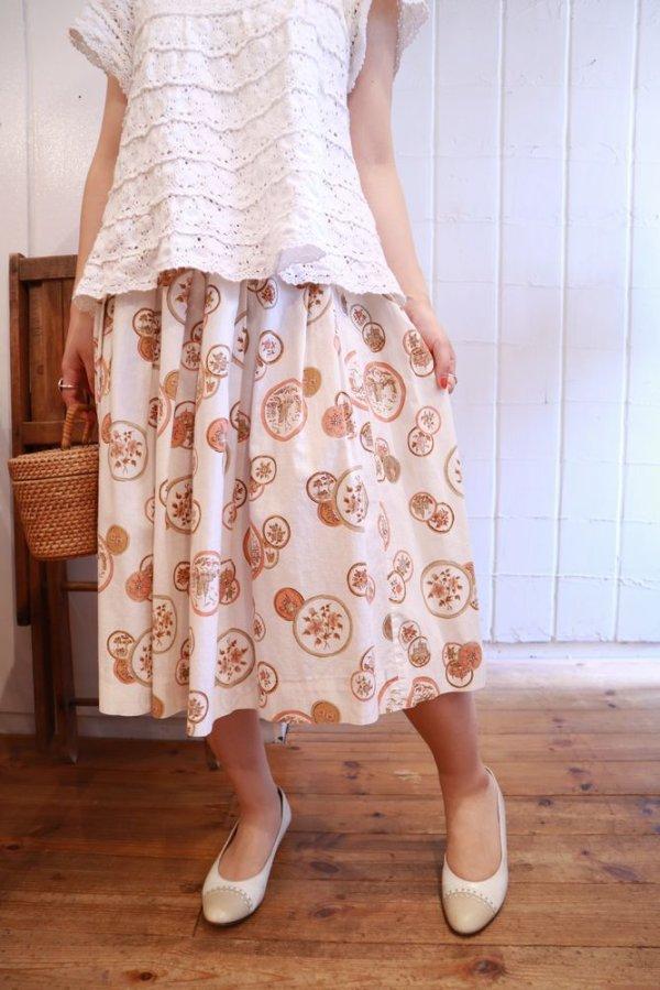 画像2: 50〜60年代ホワイト×ペールオレンジ×ブラウン〇&花柄フレアスカート