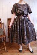 50〜60年代ダークブラウン×ホワイト×サックスブルーチェック飾りボタン付きラウンドネック半袖ドレス