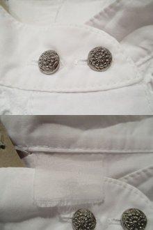 他の写真1: ホワイト花刺繡スカラップレース付きスタンドカラー長袖ブラウス