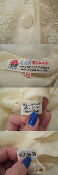 他の写真1: オフホワイト花刺繍開襟長袖シルクチャイナブラウス