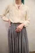 オフホワイト花刺繍開襟長袖シルクチャイナブラウス