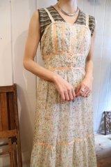 70年代ホワイト×ペールオレンジ×グリーン花柄サテンテープ&かぎ編みレース付きキャミソールロングドレス