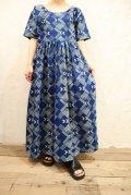 ブルー×ホワイト抽象柄ラウンドネック半袖アフリカンバティックドレス
