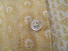 他の写真1: ホワイト×イエローベージュ花柄胸ポケットアイレットレース襟付き長袖レーヨントップ