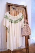 vintageオフホワイト×グリーン×ゴールド花刺繍ラウンドネック半袖チュニック