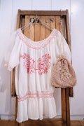 ホワイト×レッド花&リーフ刺繍ペプラムラウンドネック半袖チュニック